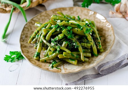 Salad of green beans with garlic, parsley and cilantro