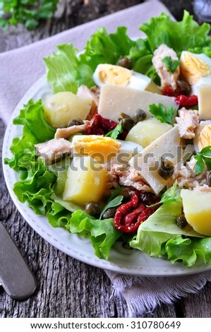 salad of lettuce, iceberg lettuce, with canned tuna, dried tomatoes ...