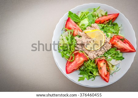 Salad with arugula and tuna