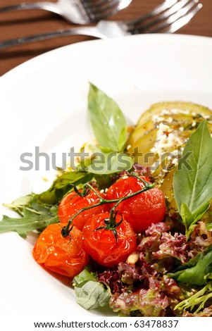 salad with pear, cherry tomatoes and blue cheese