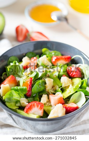 Salad with strawberry and quinoa