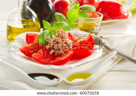 salad with tuna and tomatoes