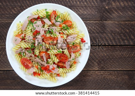 Salad with tuna, tomato and pasta