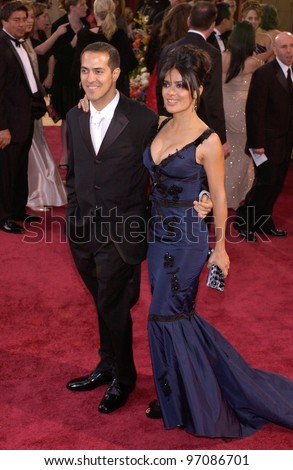 SALMA HAYEK & brother SAMMY at the 77th Annual Academy Awards at the Kodak Theatre, Hollywood, CA February 27, 2005; Los Angeles, CA.  Paul Smith / Featureflash