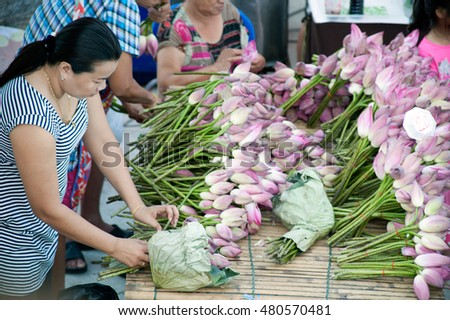 SAMUT PRAKAN,THAILAND - OCTOBER 26, 2015 : Unidentified Woman selling lotus for Buddhists participated in Rup Bua Festival.They throwing lotus away to Buddha statue on the boat,Samut Prakan,Thailand.