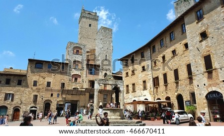 SAN GIMIGNIANO, ITALY - JULY 2, 2016:The central square of the ancient city of San Gimigniano, Italy.
