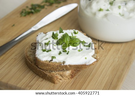 Sandwich with cottage cheese and chives