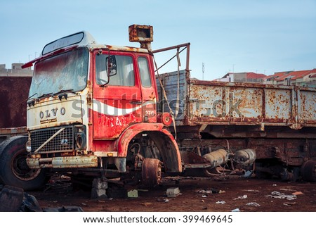 SANTA MARIA, CAPE VERDE - DECEMBER 17, 2015: Volvo F7 truck abandoned at the scrap-heap. Red rusty car from 1979 - stock photo