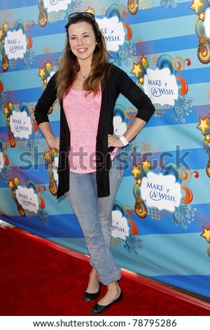 SANTA MONICA - MAR 14: Linda Cardellini at the Kevin + Steffiana James + Make-A-Wish Foundation Host A Day of Fun at the Santa Monica Pier in Santa Monica, California on March 14, 2010.