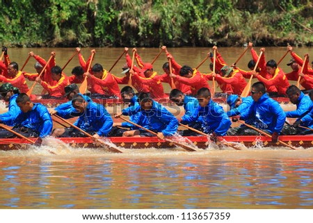 SARABURI,THAILAND - SEPTEMBER 22: Unidentified crew in traditional Thai long boats compete during Queen Cup Traditional Long Boat Race Championship on September 22, 2012 in Saraburi,Thailand.
