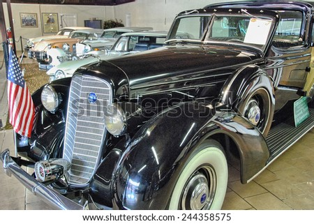 SARASOTA, FL - JAN 5: Beautiful old cars inside the Museum, January 5, 2008 in Sarasota, FL. The  museum features over 75 automobiles of world most famous manifacturers. - stock photo