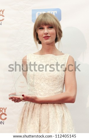 SASKATOON, CANADA - SEPT 9:  Taylor Swift with the New Generation Award at the 2012 Canadian Country Music Association Awards at Credit Union Centre on September 9, 2012 in Saskatoon, Canada
