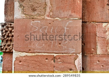 """Sauf Zone (German for """"Drinking Zone"""") Written in Chalk on Weathered Brick Wall with Arrow Pointing to Right, Directional Arrow Indicating Way - stock photo"""