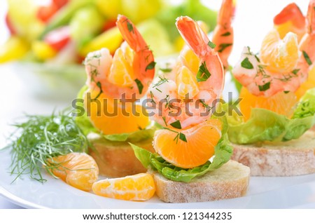 Scampi skewers with mandarin on Italian bread