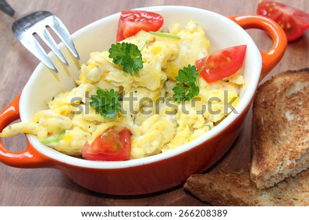 scrambled eggs with tomatoes and toast