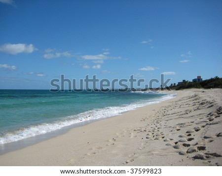 Self cleaning of Varadero beach by waves