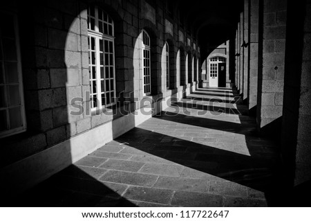 shadows and columns in historical architecture