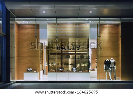 SHANGHAI-AUG. 25. Bally outlet at night. It expects double-digit sales growth in China continues coming years, Bally has 51 stores and seven outlets in 30 cities around China. Shanghai, Aug. 25, 2009 - stock photo