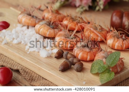 Shrimp or prawn baked with salt is delicious