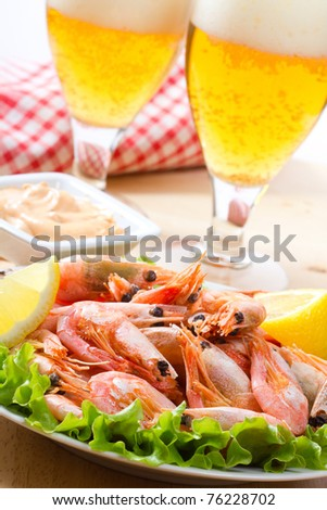 shrimps with salad and beer
