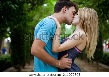 девушка целует мужик женщине фото