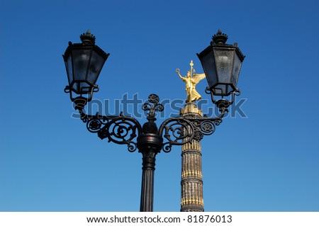 Siegessäule in Berlin mit Gaslaterne vor blauem Himmel - stock photo