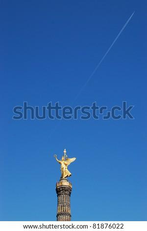 Siegessäule vor blauem Himmel - stock photo