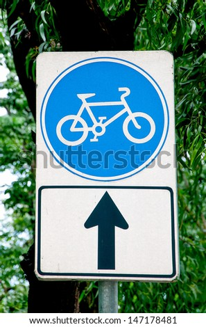 Sign bicycle with black arrow