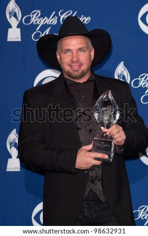Singer GARTH BROOKS at the 27th Annual People's Choice Awards in Pasadena, California. 07JAN01.   Paul Smith/Featureflash - stock photo
