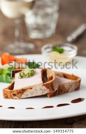 slices of cooked ham in crust with sauce