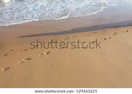 Small and large footprints in the sand