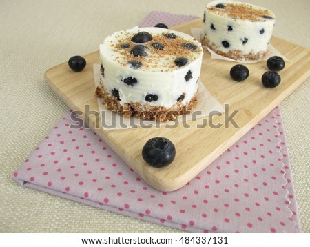 Small blueberry yogurt tortes without baking with cookie crumbs crust, yogurt and chocolate sprinkles