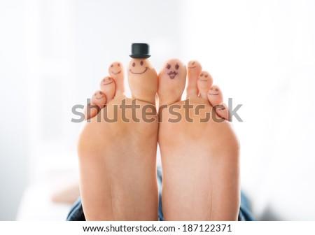 Smiliing ngón chân close-up, gia đình và khái niệm liên kết với nhau.