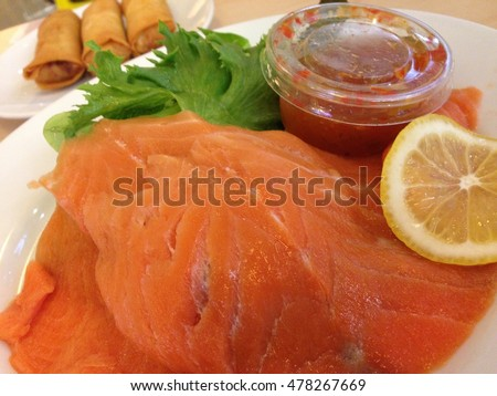 Smoked salmon salad with spicy sauce