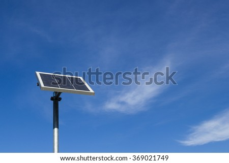 Solar panel with reduced dimensions and adjustable, with blue sky in the background.