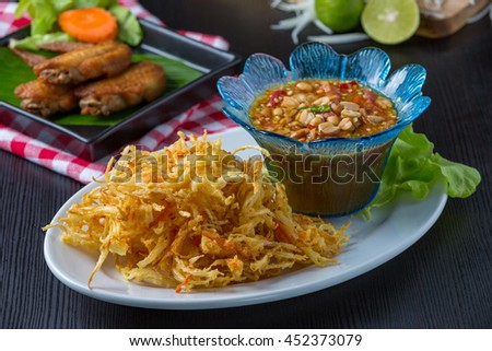 Somtam thod,Fried Papaya salad with fried chicken /styling
