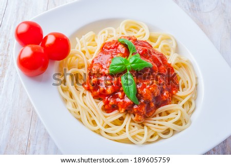 spaghetti bolognese on wooden table