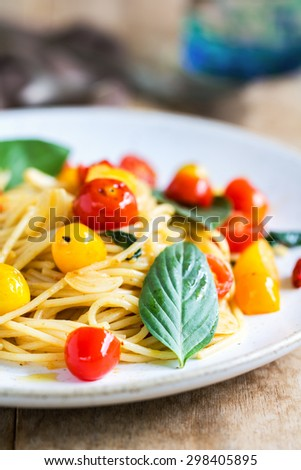 Spaghetti with red and yellow cherry tomato by sea salt and olive oil