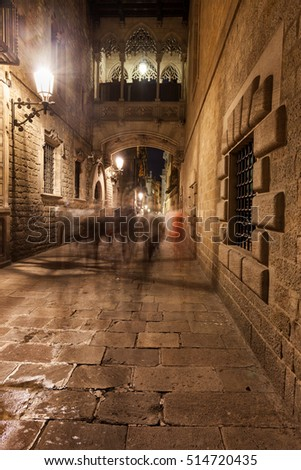 Spain, Barcelona, bridge crossing Carrer del Bisbe street, Old Town, Gothic Quarter (Barri Gotic)