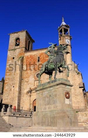 "Spain, Extremadura, Caceres, The historical town of Trujillo. Plaza Mayor, Saint Martin's church and statue of Fransisco Pisarro - ""The Conqueror of Peru"", born in Trujillo. - stock photo"