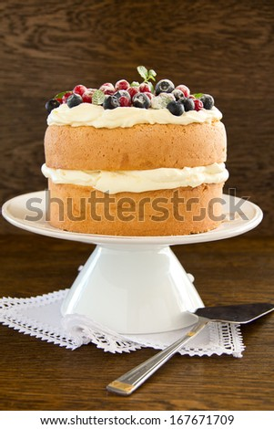 Sponge cake with whipped cream and fresh berries.