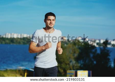 sportsmen man vsonyachnyy day to jog - stock photo