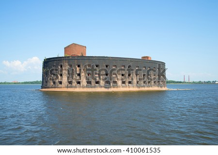 "ST. PETERSBURG, RUSSIA - JULY 25, 2014: Fort ""Emperor Alexander I"" (the Plague) in the Gulf of Finland. Kronstadt"