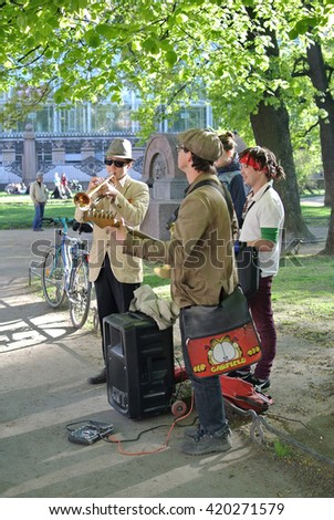 ST. PETERSBURG, RUSSIA - May 12, 2016: Street musicians at night.