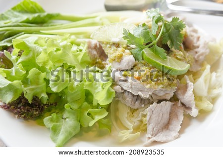 Steamed pork with spicy sauce and lemon