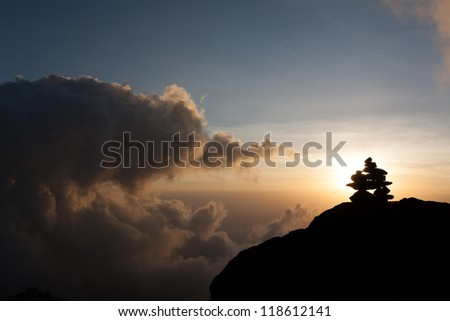 Steinmännchen beim Sonnenuntergang am Karanga Camp auf der Machame Route des Kilimandscharo. Man made pile at the Karanga Camp. Sunset on the Machame Route on Mount Kilimanjaro. - stock photo