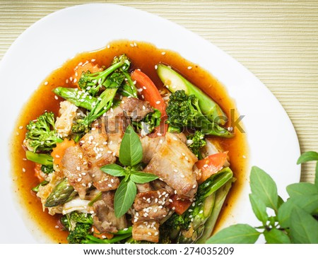 Stir fried meat and vegetable with sesame seeds in sweet chili paste and soy sauce.