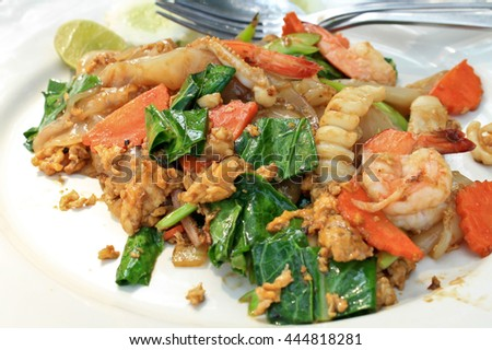 Stir-fried Noodles in Sweet Soy Sauce with Pork ( Pad See-Ew )