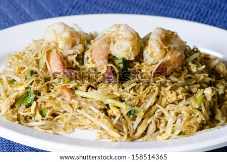 Stir-fried noodles with shrimps and vegetables