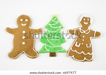 Sugar cookie Christmas tree between gingerbread male and female.